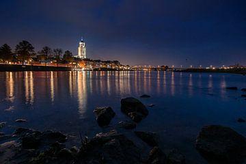 Nachtfoto met de verlichte stad Deventer langs de IJssel van Fotografiecor .nl
