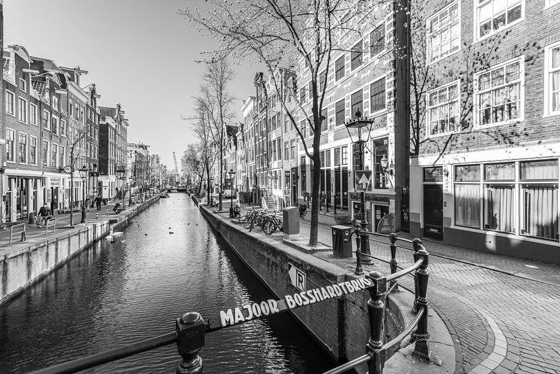 Oudezijds Achterburgwal op De Wallen in Amsterdam van Sjoerd van der Wal