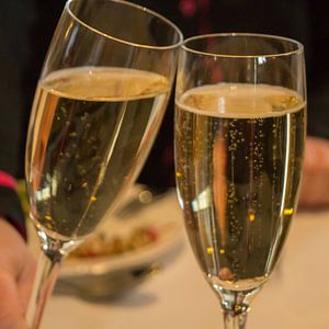 Toastende champagne glazen