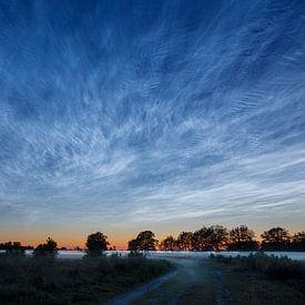 Lichtende nachtwolken boven de heide van Karla Leeftink