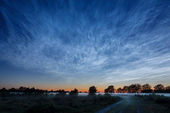 Lichtende nachtwolken boven de heide