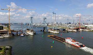 Luchtfoto van de nieuwe botlekbrug in aanbouw van Hans Elbers