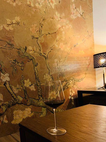 Klantfoto: Amandelbloesem van Vincent van Gogh (Oker)  van Meesterlijcke Meesters, op naadloos behang