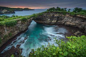 Gebrochener Strand bei Sonnenaufgang auf der Insel Nusa Penida, Bali, Indonesien von Anges van der Logt