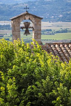 Oude klokkentoren in Bonnieux in de Luberon, Provence van Christian Müringer