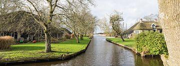 Ansicht von Häusern und Kanälen im Dorf Dwarsgracht bei Giethoorn, Niederlande von Leoniek van der Vliet