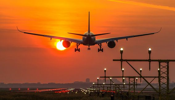 Singapore Airlines Airbus 350 landt op Schiphol