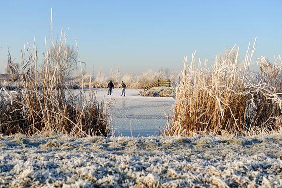 Winterlandschap met twee schaatsers van Merijn van der Vliet