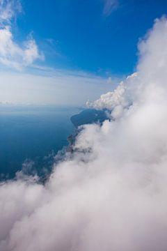hoge vlucht tegen de wolkenmuur over het blauwe zeezicht van een paraglider-piloot, zomervakantie in van Michael Semenov