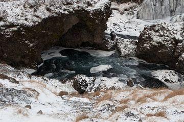 Flussaufwärts des Skógafoss-Wasserfalls von Anita van Hengel