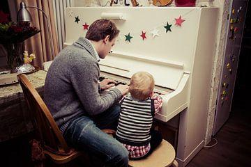 vader en zoon spelen piano van Kim Groenendal