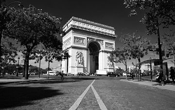 Het monument Arc De Triomphe - Parijs, Frankrijk (zwart wit) van Maurits Simons