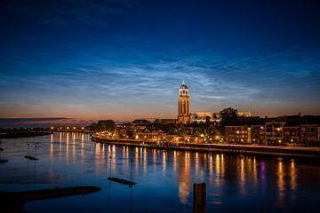 Leuchtende Nachtwolken über der Skyline von Deventer von Sander Korvemaker