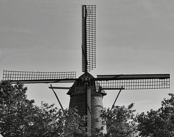 Dort in der Mühle, die Segel in schwarz-weiß von J..M de Jong-Jansen