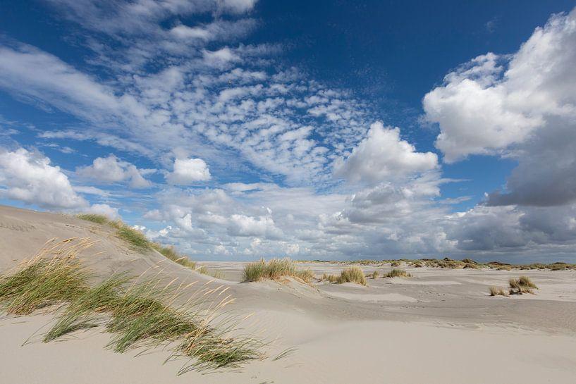 Duinen, zand, blauwe lucht en wolken op strand Ameland van Anja Brouwer
