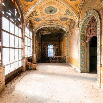 Verlassener Korridor in der Villa. von Roman Robroek