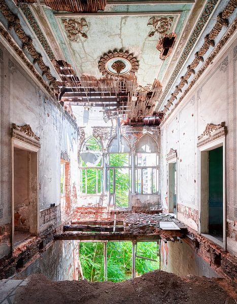 Verlaten Paleis in Verval. van Roman Robroek