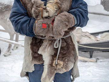 Inwoner van Lapland in traditionele kleding van huiden van Ton Buijs