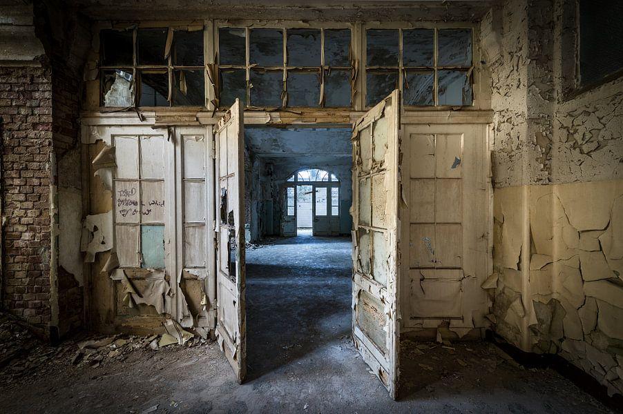 Deuren in oud gebouw van Inge van den Brande
