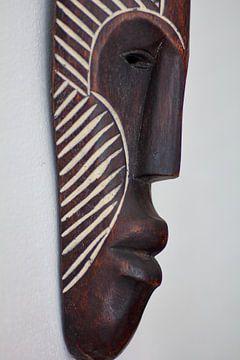 'Seitenansicht einer afrikanischen Maske'. von Capture the Moment 010