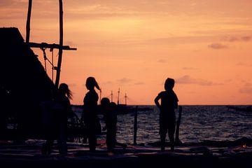 Zonsondergang in vissersdorp Indonesië II van André van Bel