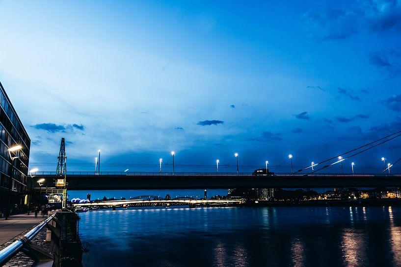 Severinsbrücke in Köln zur blauen Stunde von Tom Voelz