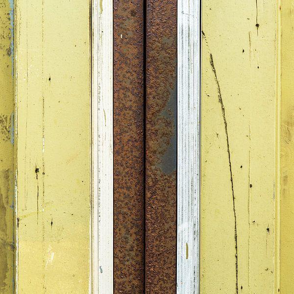Abstract lijnenspel met hout en roestige pijp in geel en bruin van Texel eXperience