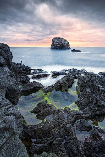 Vissers op de rotsen (Porto da Cruz / Madeira) van Dirk Wiemer