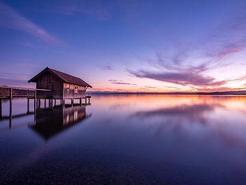 Das kleine Bootshaus bei Stegen am Ammersee zum Sonnenuntergang von calvaine8