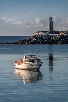 Bootje in de haven van Arrecife, Lanzarote--Canarische Eilanden, van Harrie Muis