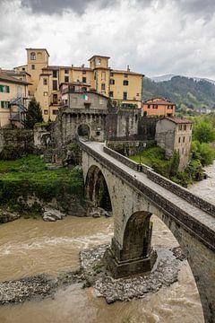 Castelnuovo di Garfagnana in der Toskana in Italien bei schlechtem Wetter und dunklen Wolken von Joost Adriaanse