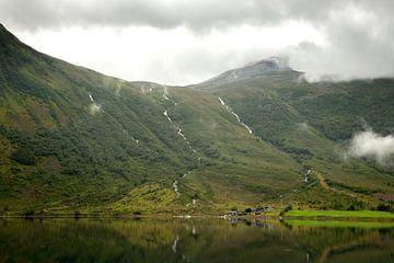 Een uitzicht over een meer met een berg en watervallen van Karijn Seldam