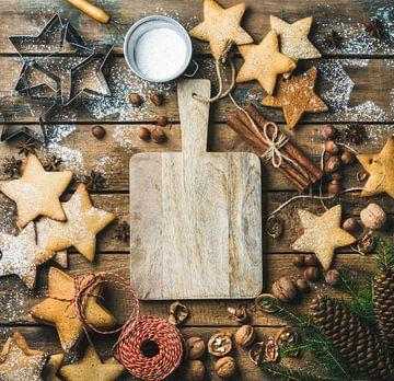 SF 12542592 Peperkoekkoekjes, suikerpoeder, noten, specerijen, bakvormen, dennenboomtak, dennenappel van BeeldigBeeld Food & Lifestyle