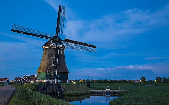 Blauwe uur bij de windmolen