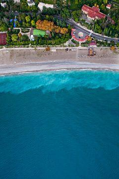 Des maisons et une route colorées. Hôtels parmi le parc vert en bord de mer avec une eau turquoise e sur Michael Semenov
