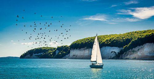 Zeilboot voor de krijtrotsen kust van Rügen, Duitsland