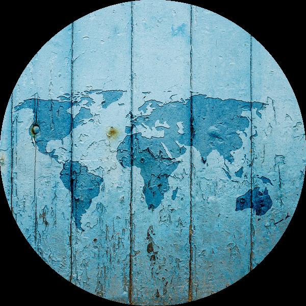 Wereldkaart op Blauw verweerd hout   Wandcirkel van Wereldkaarten.Shop