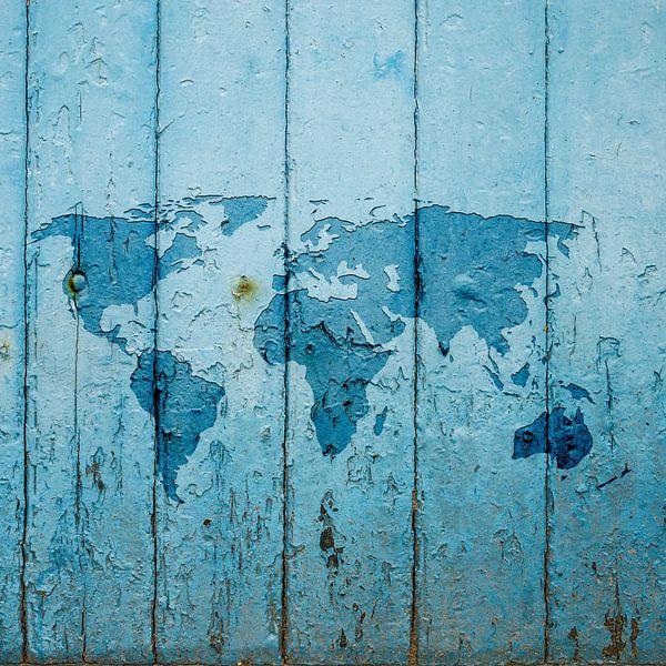Wereldkaart op Blauw verweerd hout | Wandcirkel van Wereldkaarten.Shop