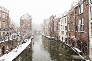 Winter in Utrecht. De Lichte en Donkere Gaard gezien vanaf de Maartensbrug. van
