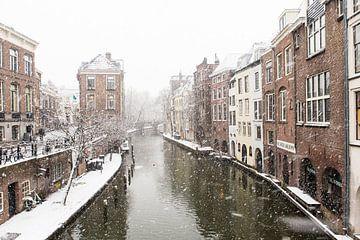Winter in Utrecht. De Lichte en Donkere Gaard gezien vanaf de Maartensbrug. van De Utrechtse Grachten