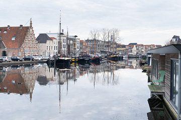 Zicht op de Oude Haven en het Galgewater met traditionele huizen en boten in Leiden, Nederland van Leoniek van der Vliet