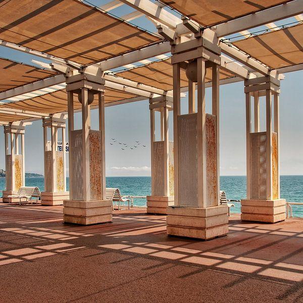 Zicht op de Boulevard van Nice aan de Middellandse Zee..... van Wim Schuurmans