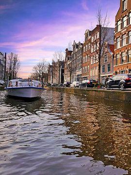 Varen op de grachten in Amsterdam bij zonsondergang von Nisangha Masselink