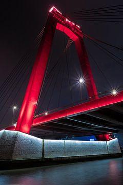 lange sluiterstijd aan de willemsbrug van rotterdam bij nacht. van Enrique De Corral