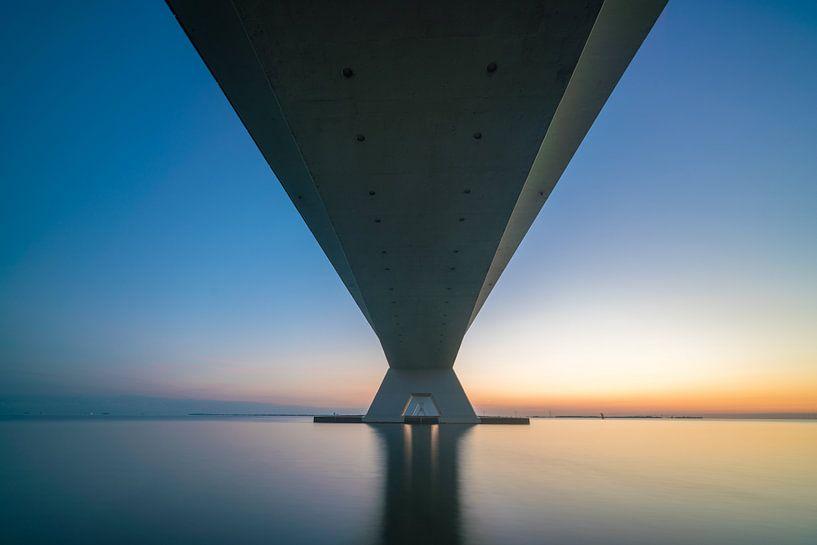 Zeelandbrug van onderen van Roelof Nijholt