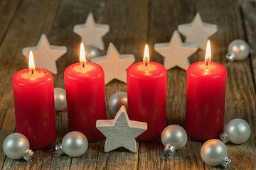 Kerstmis of advent rode kaarsen met sterren en ballen decoratie van Alex Winter