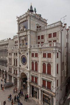 De toren met het horloge op het san marco plein van Joost Adriaanse