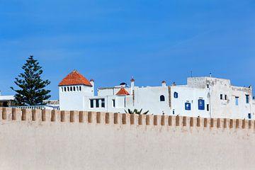 Antike Stadtmauer der Medina in Essaouira in Marokko von Peter de Kievith