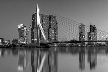 Skyline Rotterdam mit Erasmus-Brücke in Schwarz-Weiß von Fotografie Ronald