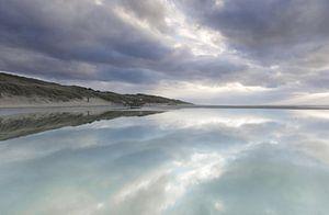 Reflectie en patronen op het strand van